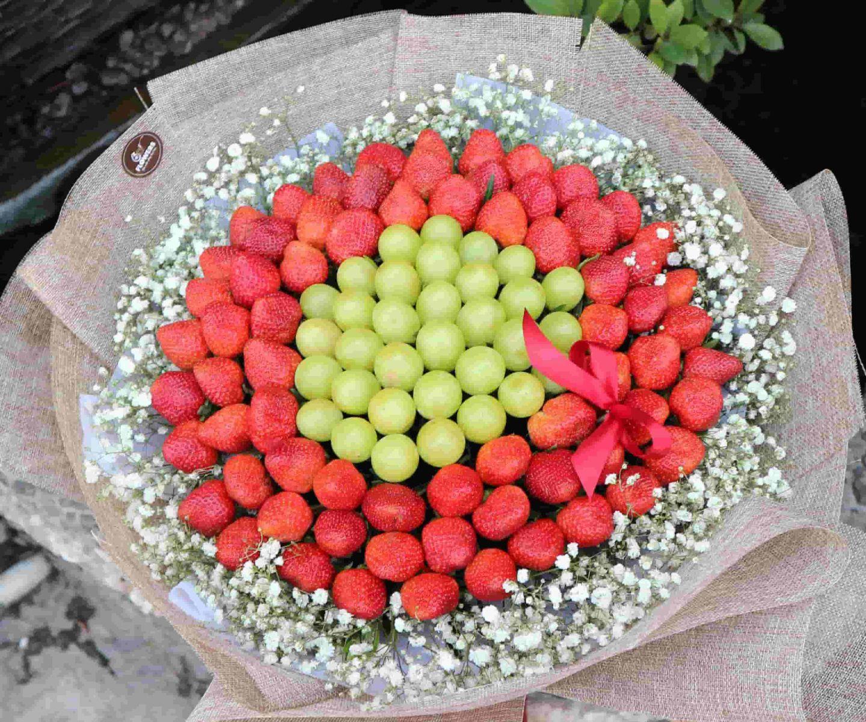 Bó hoa trái nho và dâu xanh